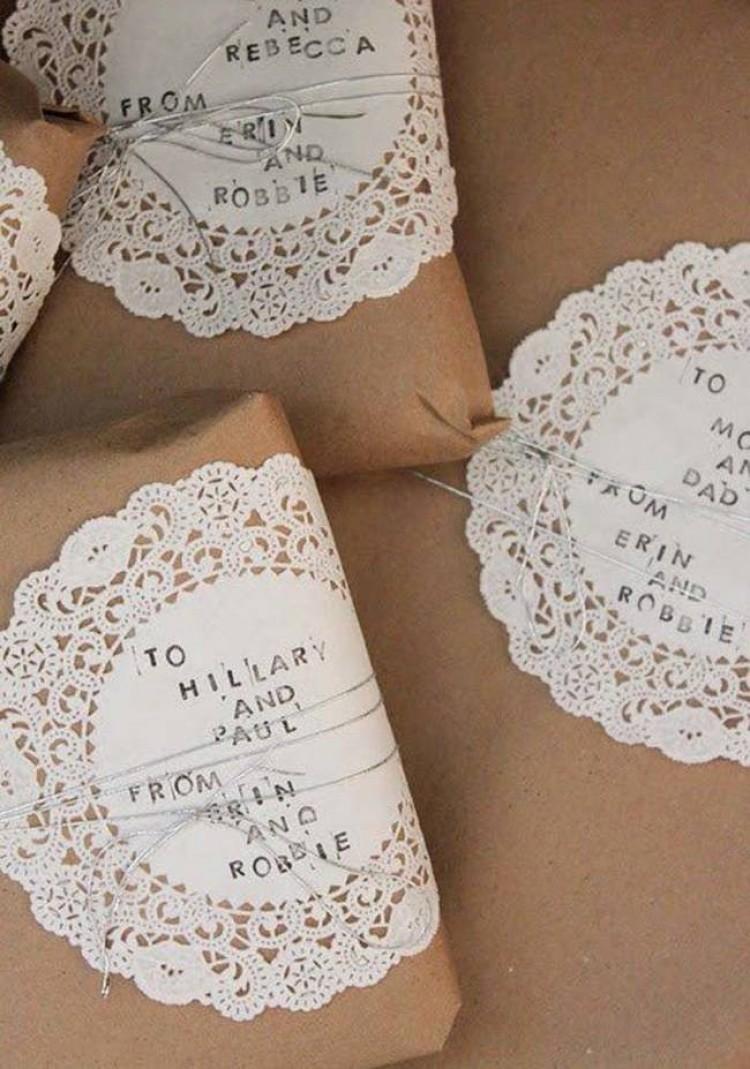Naklej fikuśnie cięte serwetki na zwykły papier do pakowania i otrzymasz proste, ale eleganckie opakowania.