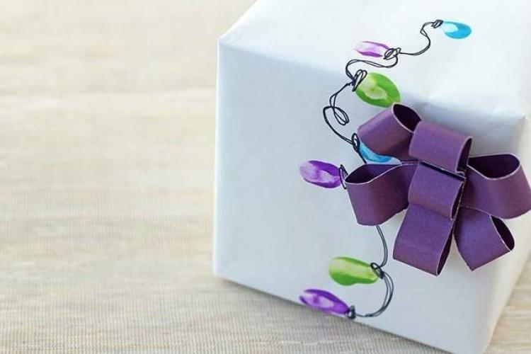 Swiąteczne lampki na papierze można namalować farbą i... palcami.