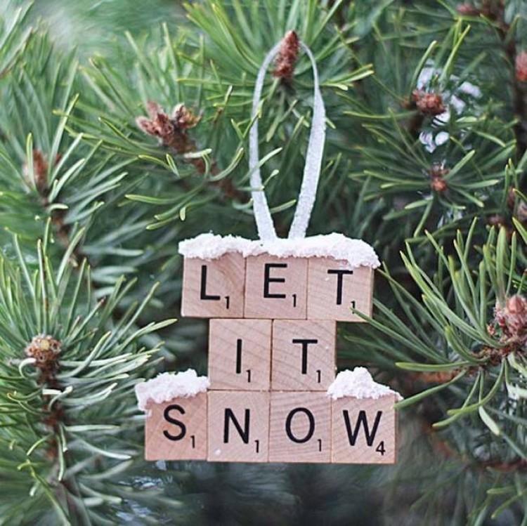 1.) Użyj Scrabble  do napisania słów świątecznych piosenek lub życzeń.