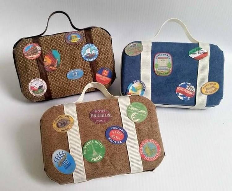 5.) Upamiętnij swoje podróże  miniaturowymi ozdobnymi walizkami.