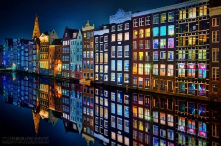 Amsterdam nocą.