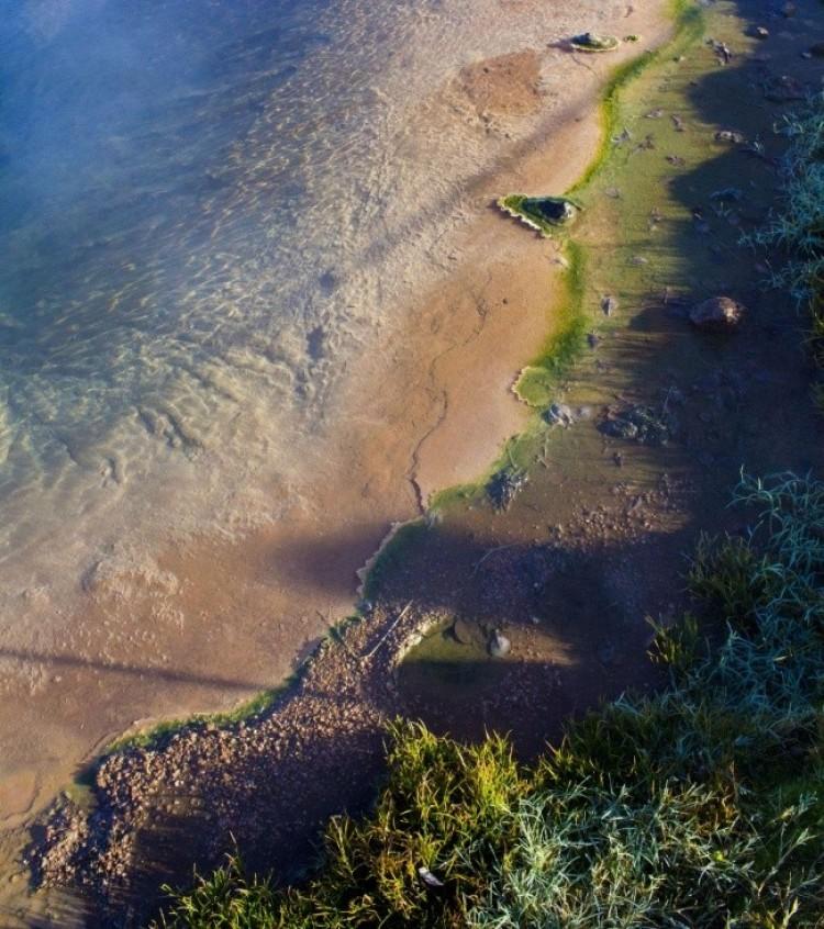 Kałuża w Parku Narodowym Geysir w Islandii.