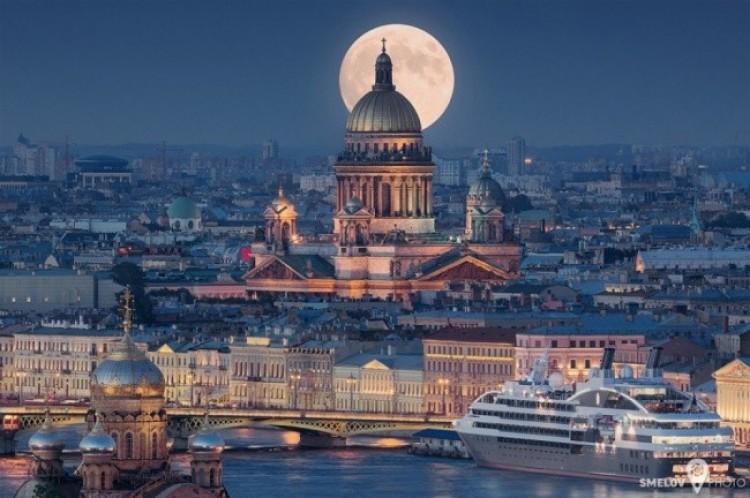Nocny Petersburg.