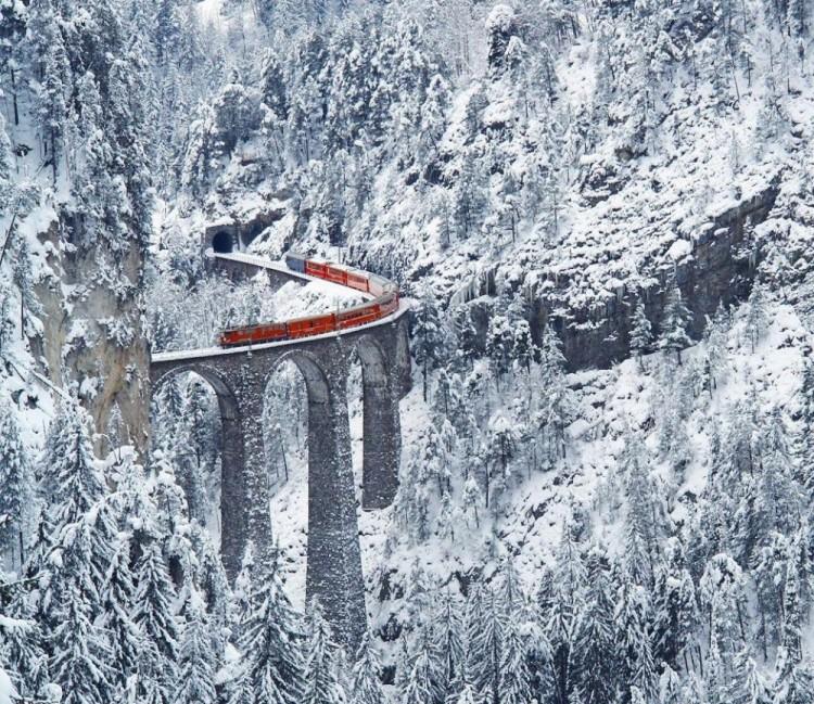 Kolej w szwajcarskich Alpach.