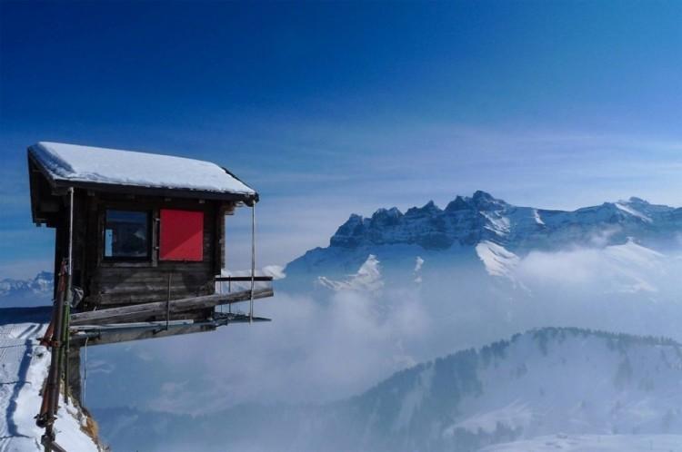 Chatka wisi na krawędzi urwiska w Alpach, Szwajcaria.