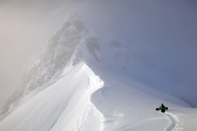 Wejście na górę snowboardzista.
