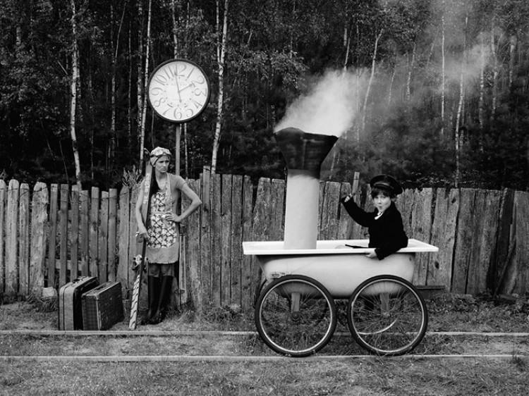 Łazienkowe historie: Seria zdjęć z zabawnymi motywami surrealistycznymi