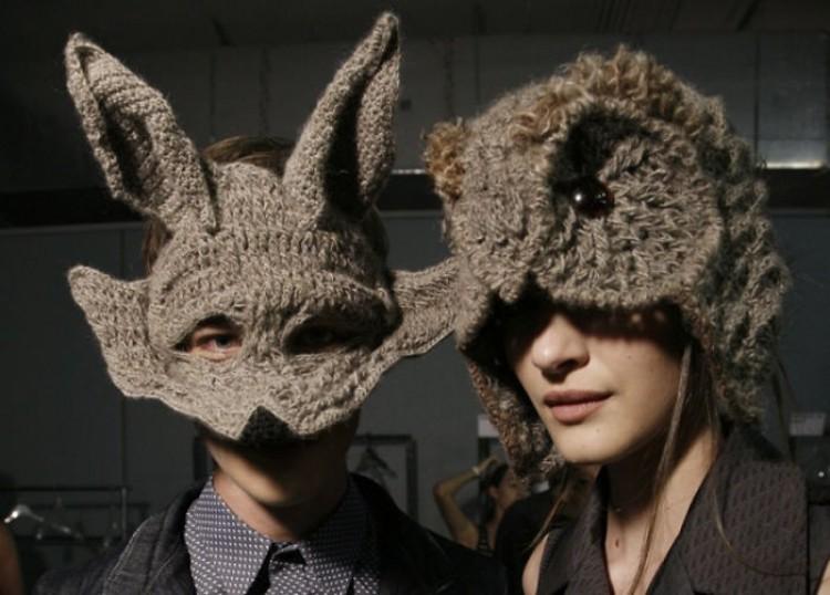 Robione na drutach czapki w formie sowy i wilka.