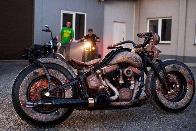Recydywista: motocykl z tatuażami.