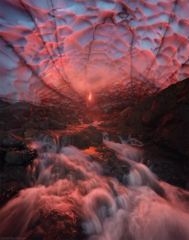 Gigantyczna jaskinia lodowa pod Mutnowskim wulkanem. Kamczatka, Rosja